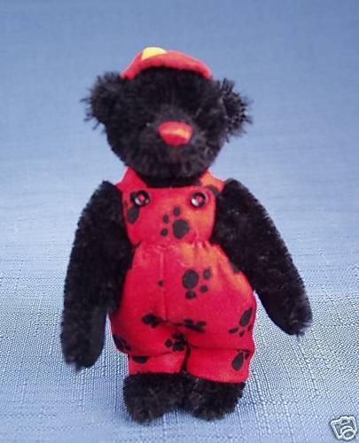 DEB CANHAM   CUBBY  MINIATURE schwarz MOHAIR BEAR WEARING rot DUNGAREES rot CAP