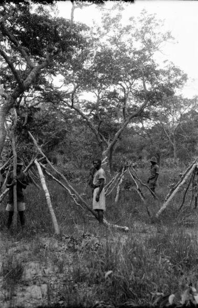Initiative RhodÉsie C. 1935 - Hommes Construction Huttes Afrique - Négatif 9 X 6 - Rho 31