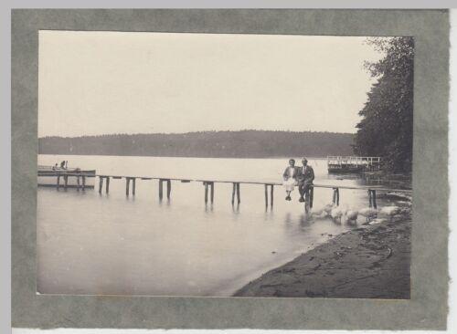 (F15427) Orig. Foto Personen sitzen auf einem Bootssteg, Schwäne 1920er