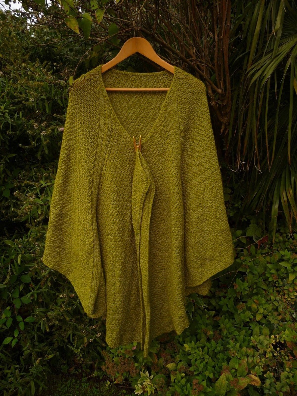 LIME GREEN LADY'S HAND KNITTED X LARGE CAPE-NO FASTENING-CHEST 56  SIZE 30 32 34