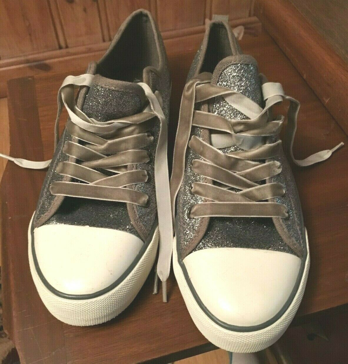 American Eagle Outfitters Silver Glitter Toile Baskets Taille 8 velours lacets