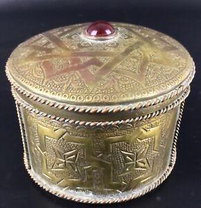 Ancienne-Vintage-boite-a-bijoux-orientale-en-cuivre-cisele-decors-arabesques