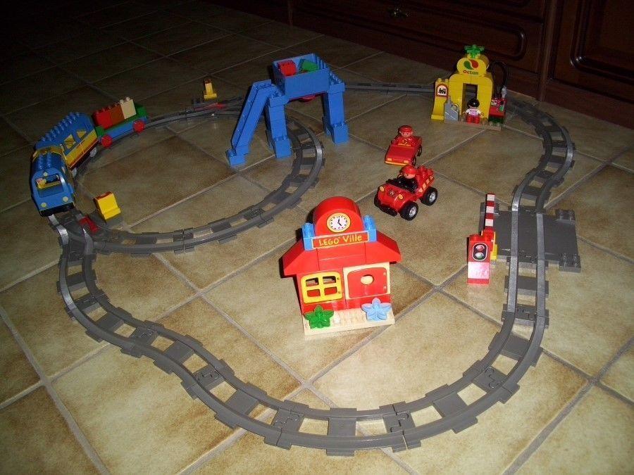 Lego Duplo Elektrische Eisenbahn mit 2 Anhänger - viel Zubehör