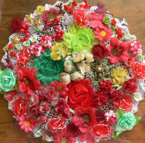 Flower-amp-Embellishment-Mixture-CHRISTMAS-Colours-1to6cm-100items-Mixed-brand-S2S