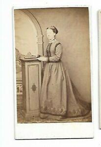 Femme En Joli Victorien Era Robe ; Photo par James Pinnington, Aigburth (6109)