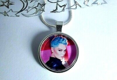 Jessie J Singer Necklace Dance Pop Music Gift Boxed 24 Inch Chain Party Birthday Delizioso Nel Gusto
