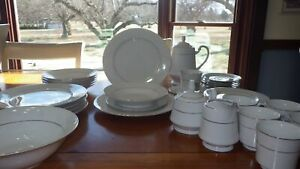 White-China-Dinnerware-set-service-6-Majestic-China-D-039-or-hostess-pieces-EUC-gold