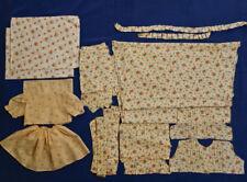 Konvolut mit alten Stoffresten für Puppenkleidung