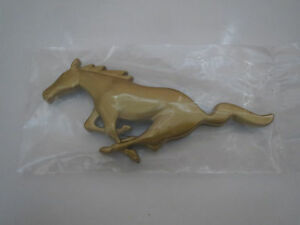 1999 2000 2001 2002 2003 2004 FORD MUSTANG HORSE GRILL GRILLE EMBLEM GOLD CHROME
