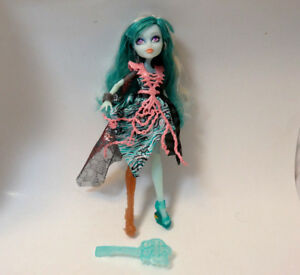 Monster-high-doll-Haunted-Student-Spirits-Vandala-blue-and-pastel