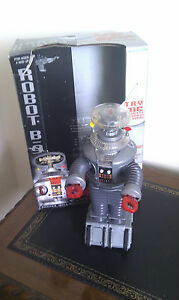 lost-in-space-robot-with-box-working