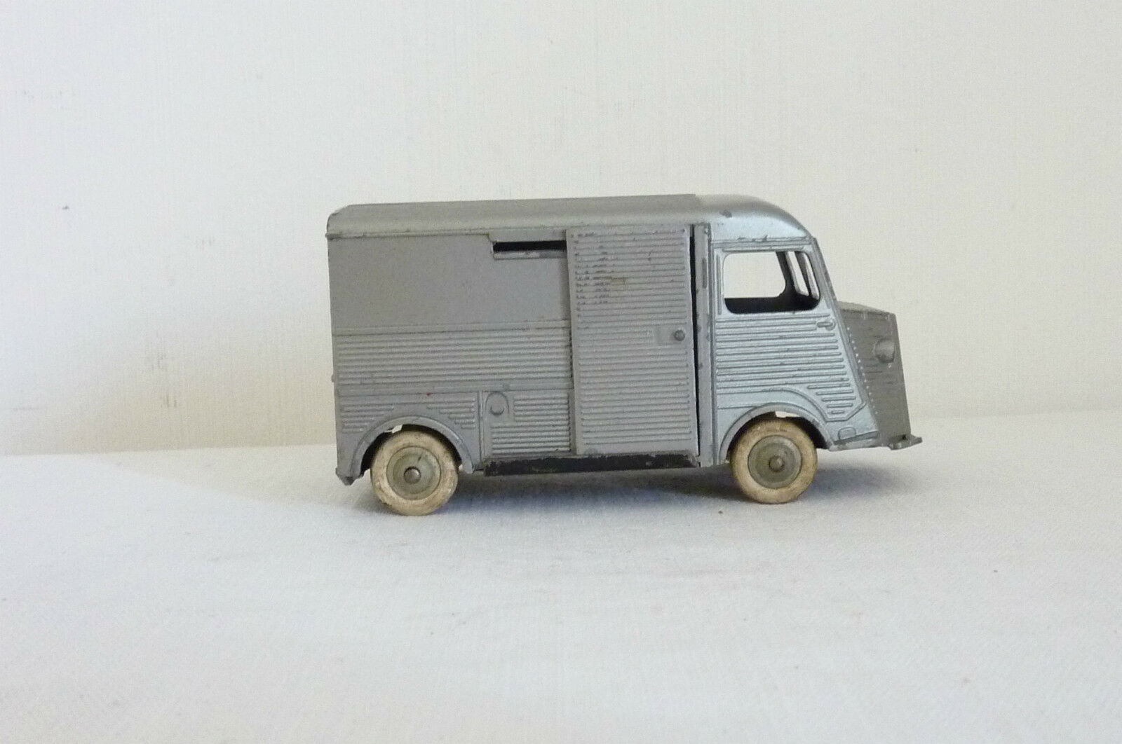 Ancien camion CITROËN TUBE 1200 KG JRD