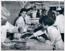 1951 1950s Farm Bureau Women Serve Food Ohio Fairgrounds Columbus Press Photo