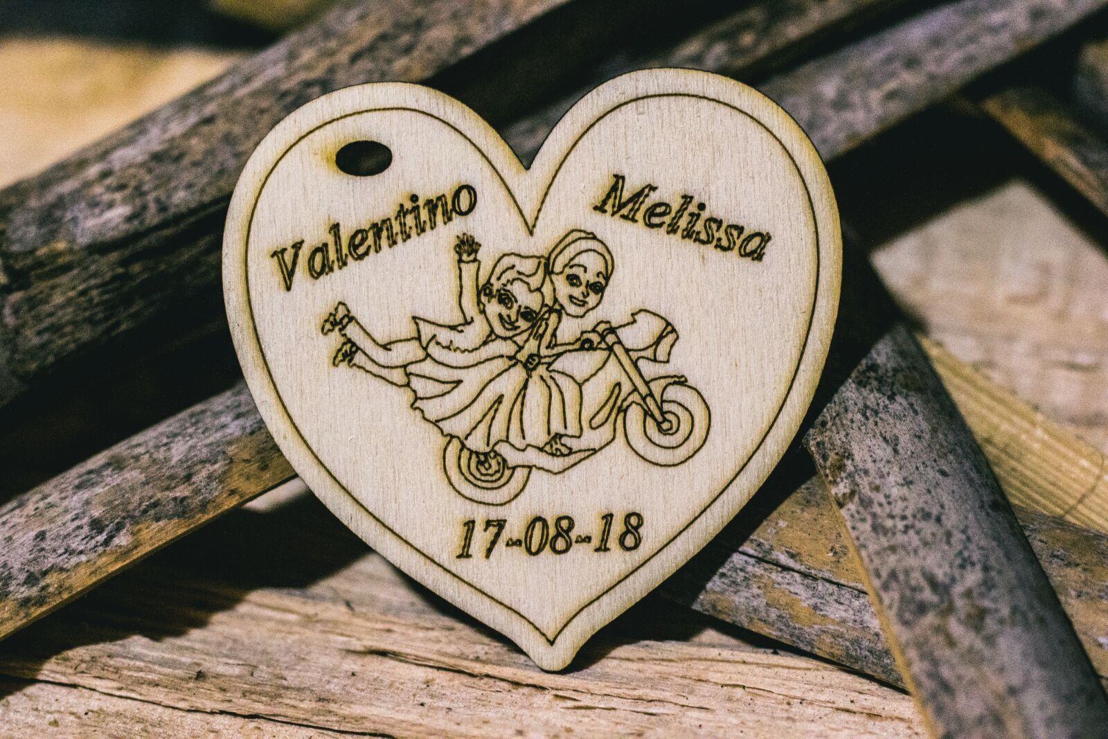 Cuori in legno sposini moto nomi sposo sposa incisione caricatura data bombonier