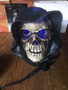 2004-Halloween-Ye-Old-Spooky-Village-Light-Up-Led-Shrouded-Misting-Skull-Head