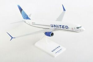 SKYMARKS-SKR1028-UNITED-AIRLINES-737-800-1-130-SCALE-PLASTIC-SNAPFIT-MODEL