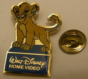 THE-LION-KING-YOUNG-SIMBA-vintage-pin-badge-Disney-Home-Video