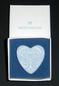 UK-Wedgwood-vintage-porcelain-brooch-impeccable-condition-private-collection