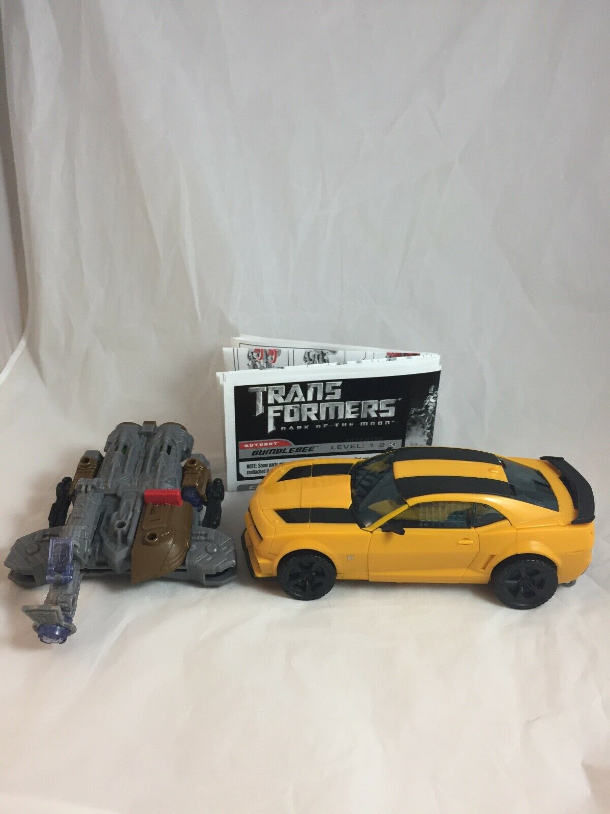 Bumblebee figure TRANSFORMERS Dark of the Moon Leader Class COMPLETE 2011 DOTM
