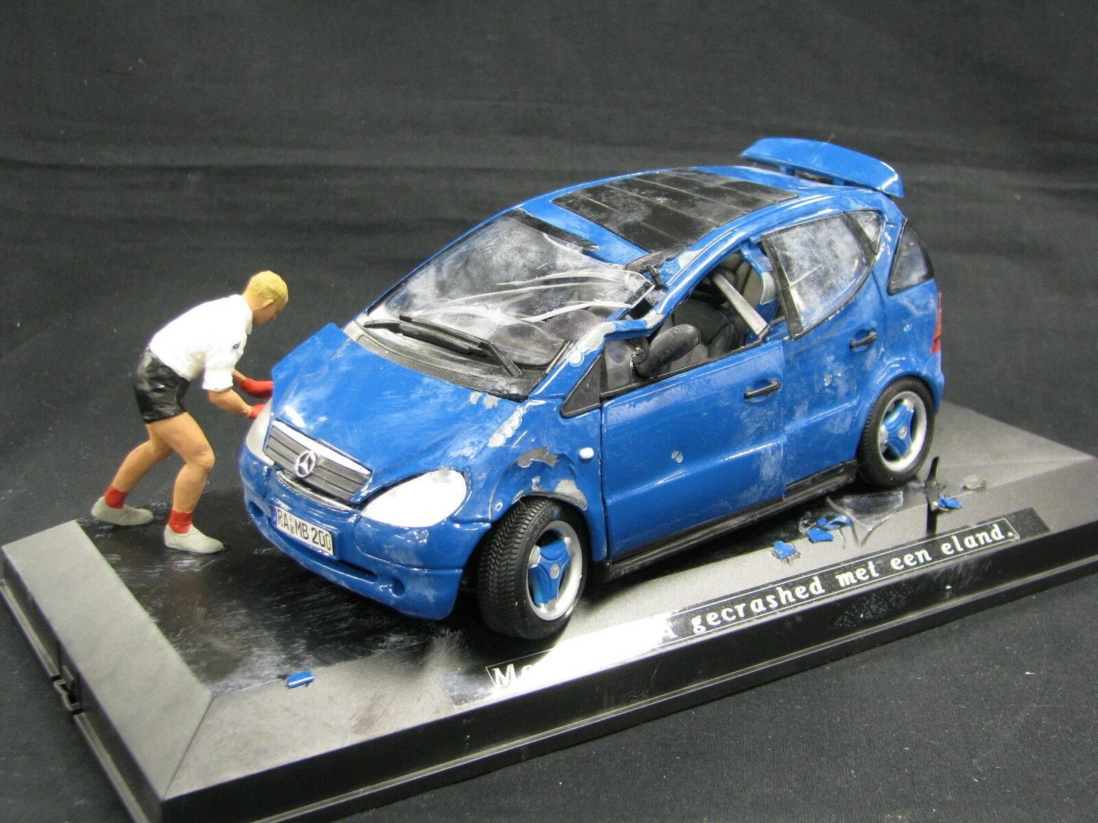 Maisto Mercedes-Benz A-Class 1:18 After Moose Test + Figurine in Vitrine  JS