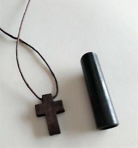 Colgante-cruz-madera-oscura-con-cordon