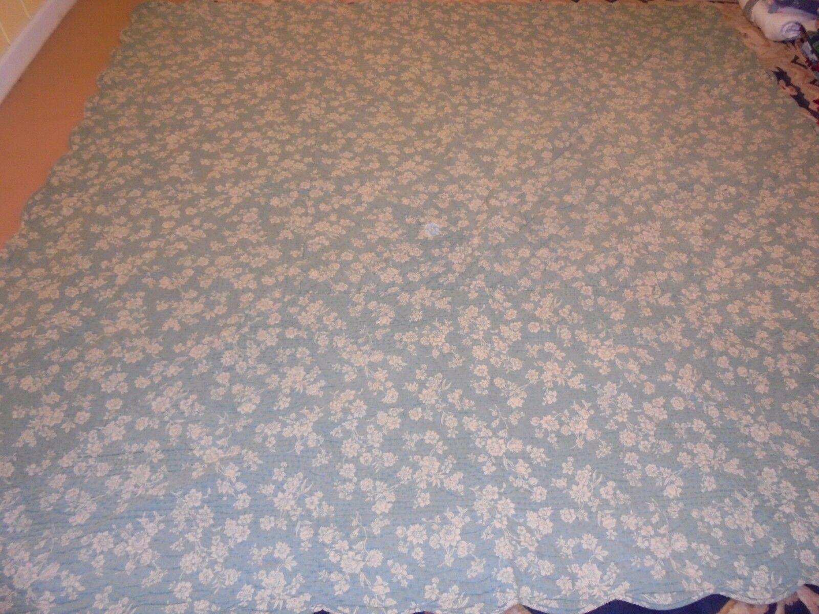 Nice Blau w Ivory Printed Floral Pattern Quilt