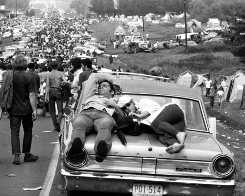 WOODSTOCK PARTICIPANTS LEAVE THE EVENT ON AUGUST 27 DD358 1969-8X10 PHOTO