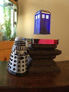 Doctor-Who-UFO-Model-Display-TARDIS-Floats-In-Mid-Air-Meteorite-Base-Rare