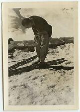 PHOTO ANCIENNE - VINTAGE SNAPSHOT - SKI EQUIPEMENT HOMME - MAN SKIING SHOES FUN