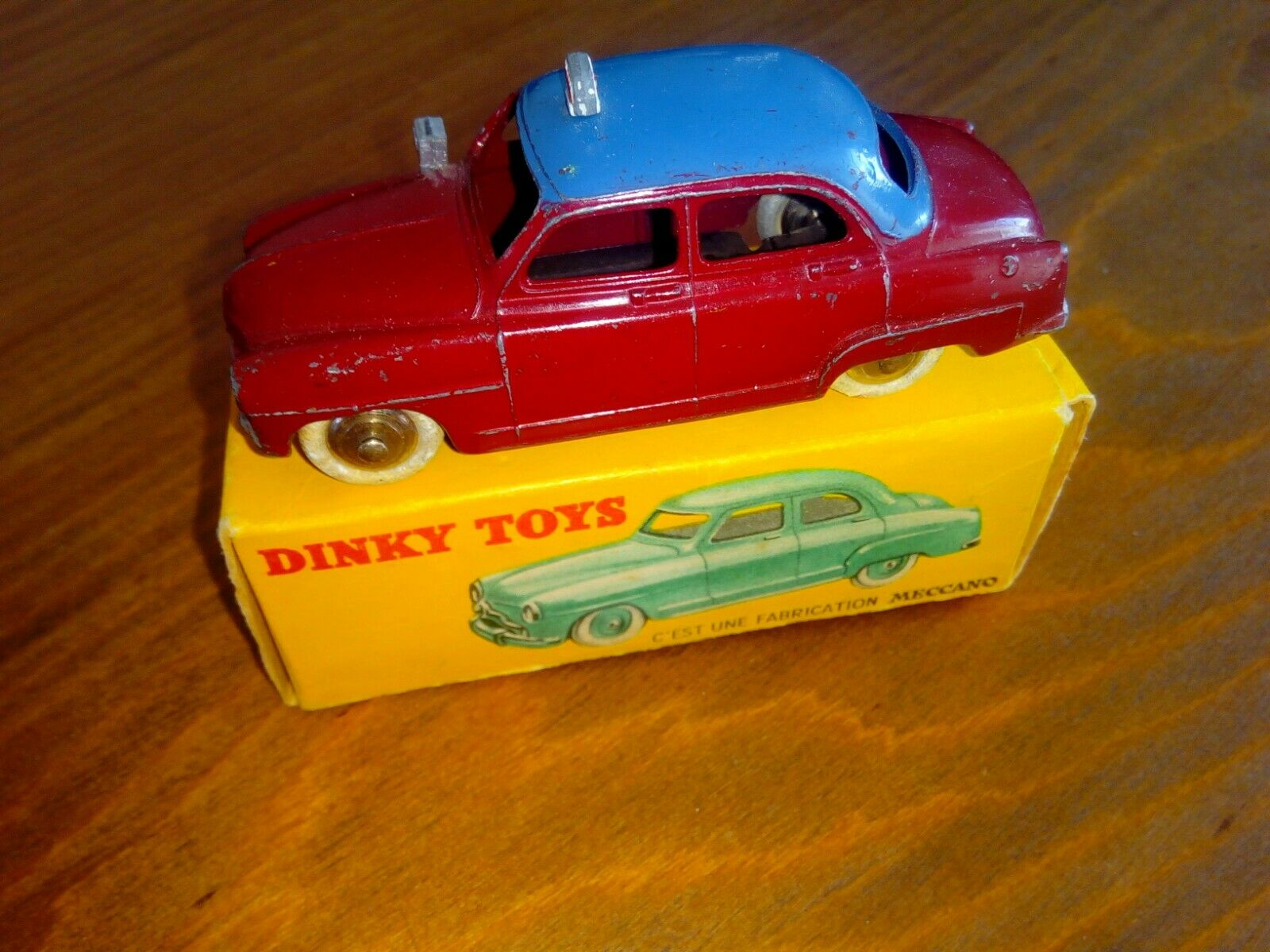Voiture dinky toys simca 9 aronde 24U