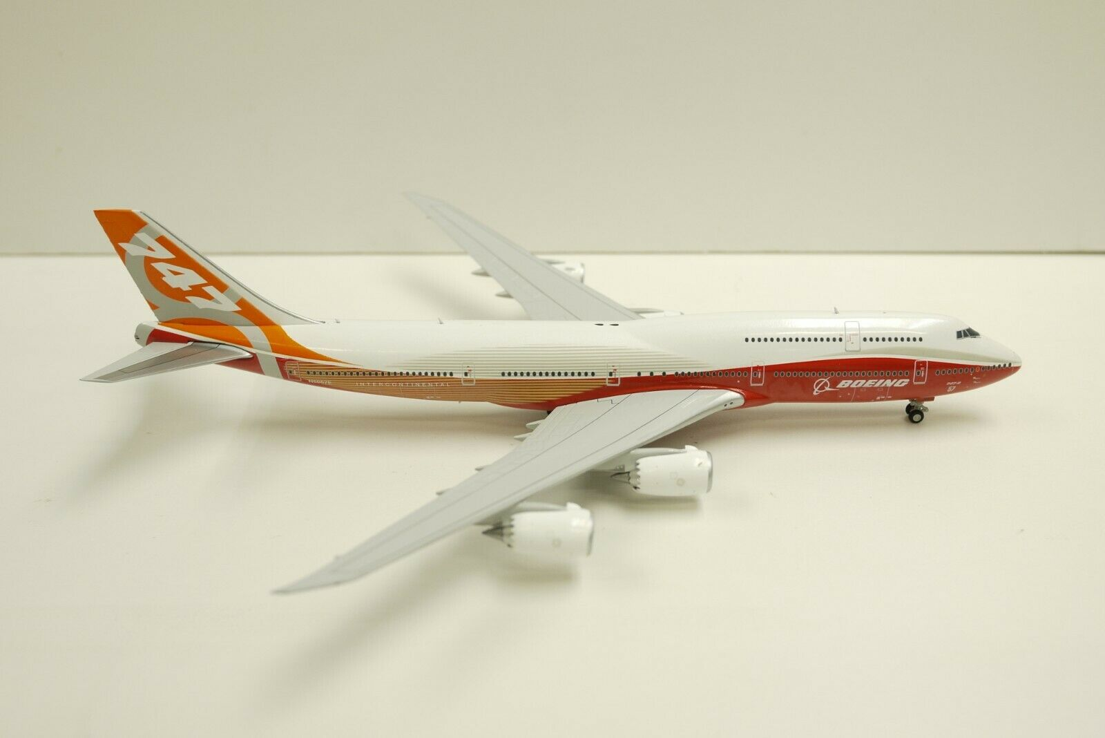 1:400 JC Wings  LH4004 Boeing Sunrise House Colour B747-8 N6067E Free Tractor