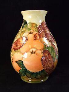 Moorcroft-Finken-Ocker-Muster-Vase-Sally-Tuffin-1990-in-England