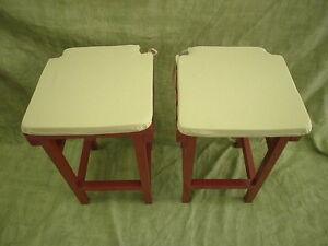 Coppia di panche e sgabelli laccato in colore rosso con cuscini in