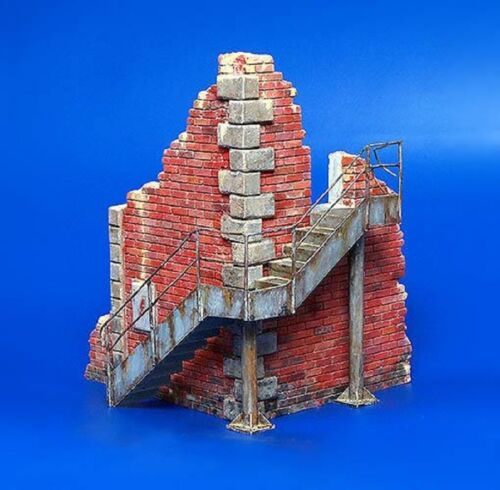 PLUS MODEL FACTORY CORNER RUINS WITH STEPS Scala 1:35 Cod.PL197