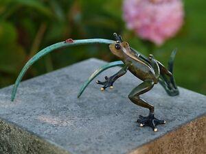 Bronze-Figuren-Frosch-mit-Marienkaefer-im-Schilf-Deko-fuer-Heim-und-Garten