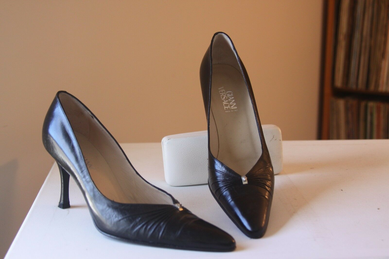 prima i clienti Gianni Versace nero Leather 3 Inch Heel Medallion Pleated Pleated Pleated Vamp Pumps EUR 38  vendite online