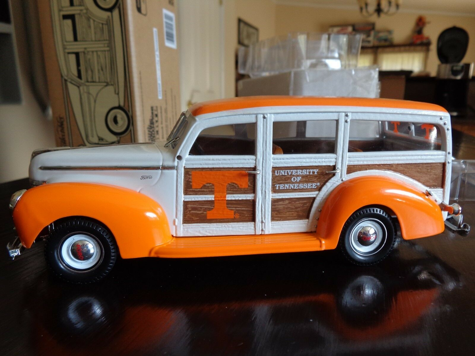 1940 FORD WOODY WAGON UNIVERSITY OF TENNESSEE  UT VOLS LTD ED 1 25 ERTL