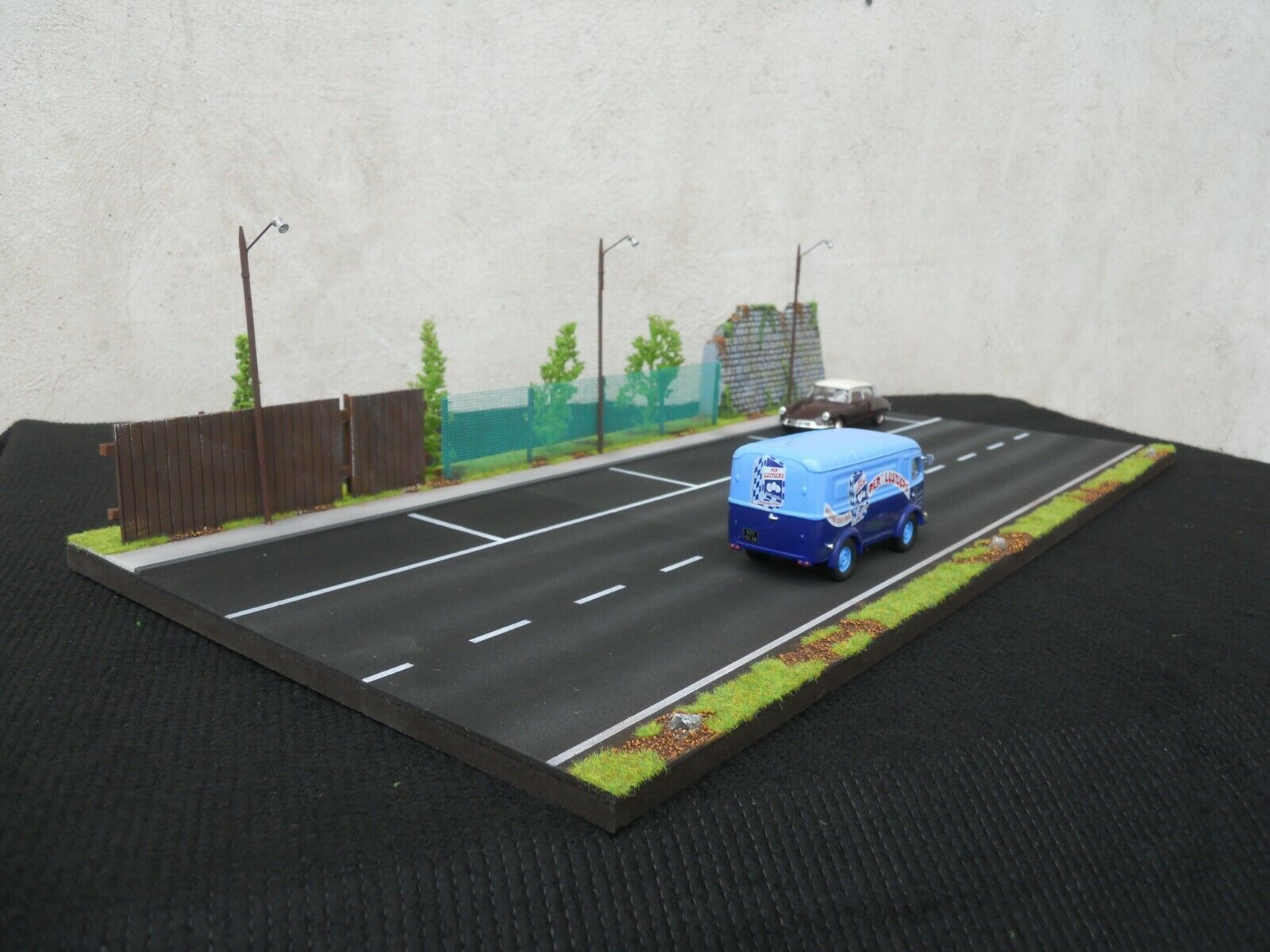DIORAMA VEHICULES 1 1 1 43 ROUTE 2 VOIES  4 EMPLACEMENTS PARKING  L 59 cm X 29 cm ff3934