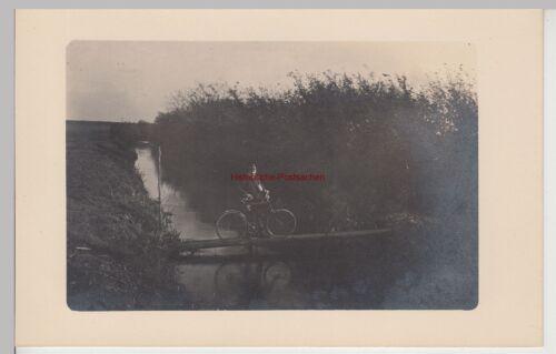 (F15267) Orig. Foto Mann mit Fahrrad auf kleinem Bachsteg 1910er