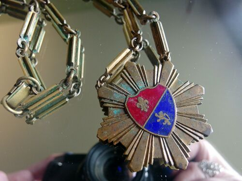 HERALDIC  VINTAGE COAT OF ARMS NECKLACE BRASS  FLE