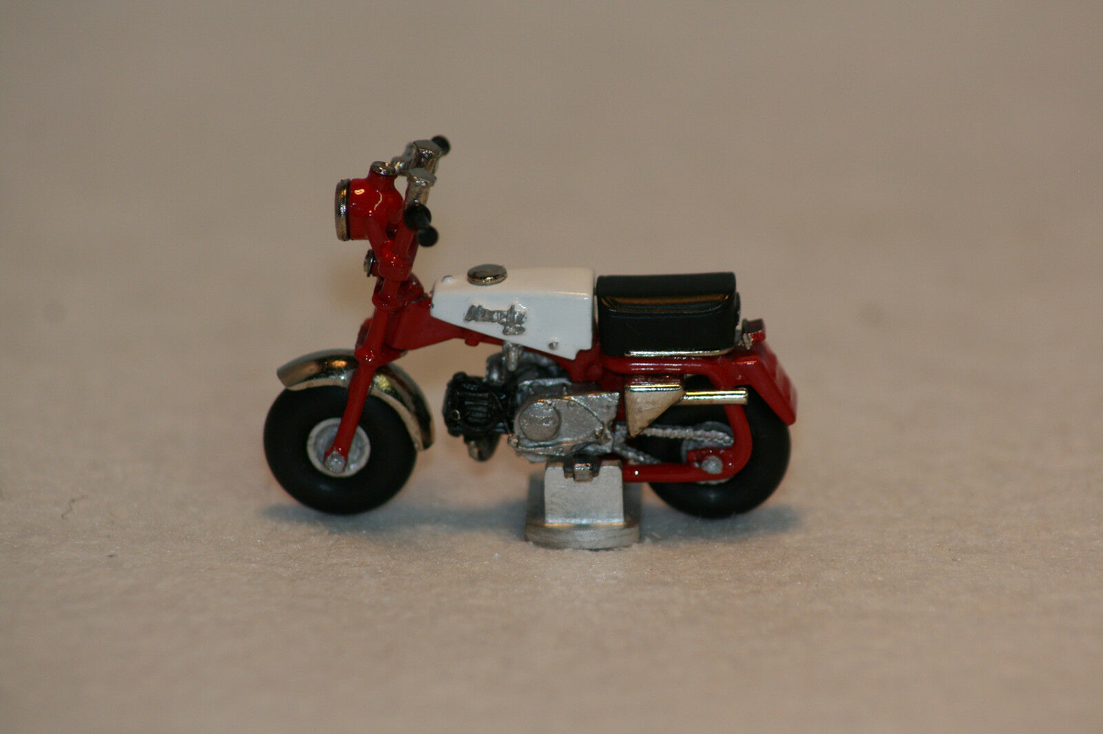 Recollections échelle 1 32, Honda Z100 Monkey Bike. Rouge Blanc. Entièrement NEUF dans sa boîte