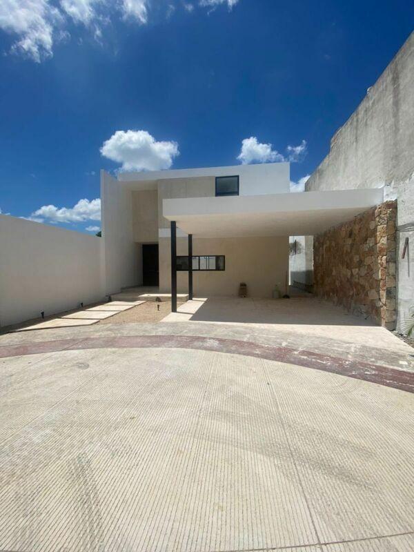 Casa en Venta con Recámara en Planta Baja en Privada Simaruba en Temozón Norte