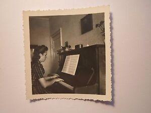 Am-18-August-1943-Frau-spielt-Klavier-mit-Noten-Foto