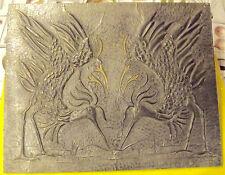 ANCIEN TABLEAU METAL GAUFRÉ GRUE OISEAUX SIGNÉE J.P. PARADE NUPTIALE