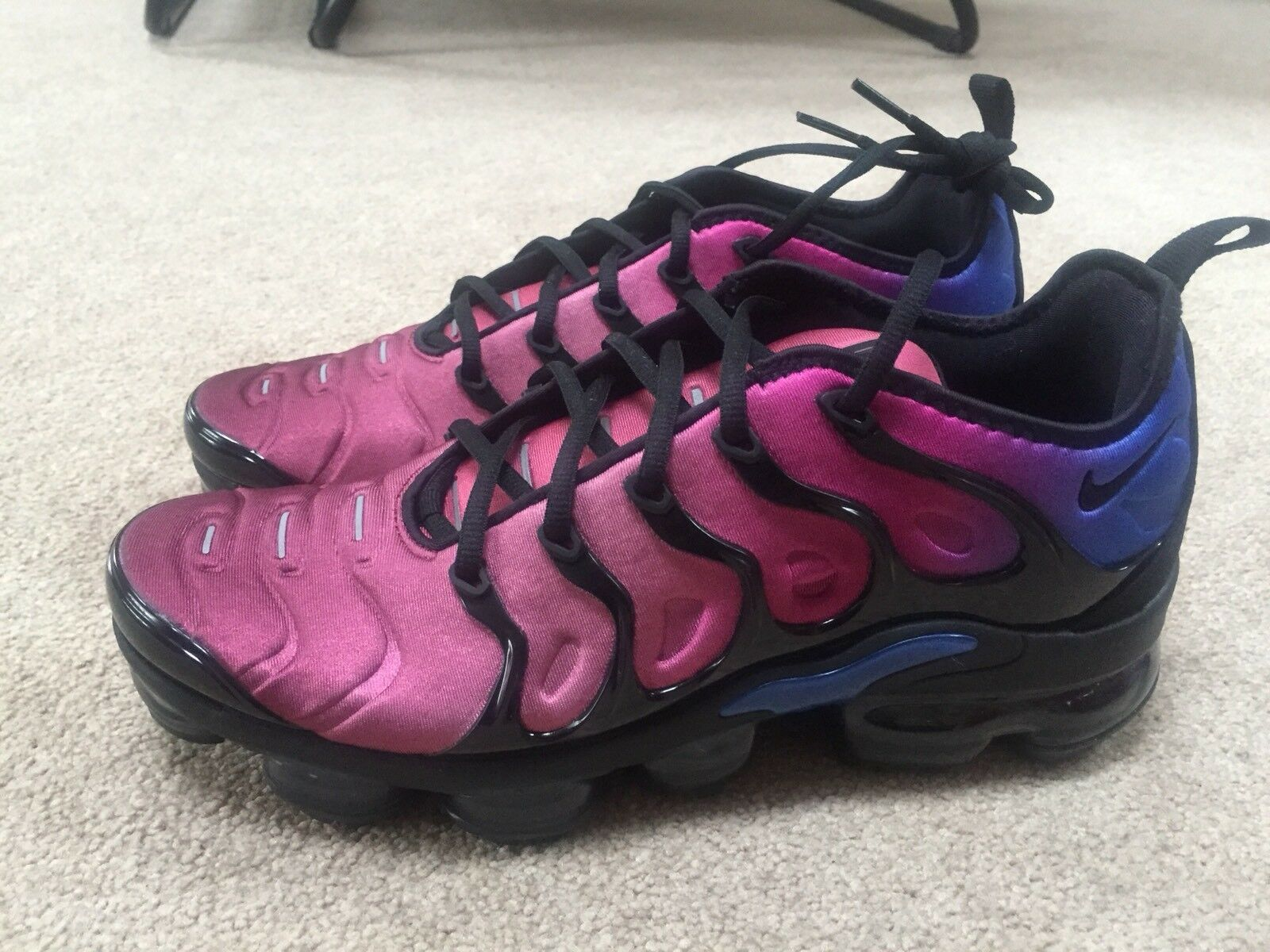 EXCLUSIVE NIKE VAPORMAX PLUS BLACK TEAM RED HYPER VIOLET Comfortable The most popular shoes for men and women