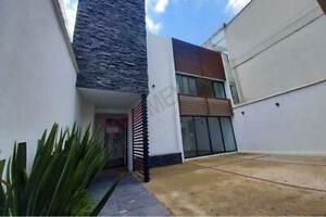 Hermosa casa recién remodelada con un estilo moderno y acogedor, amplios espacios, muy iluminada ...