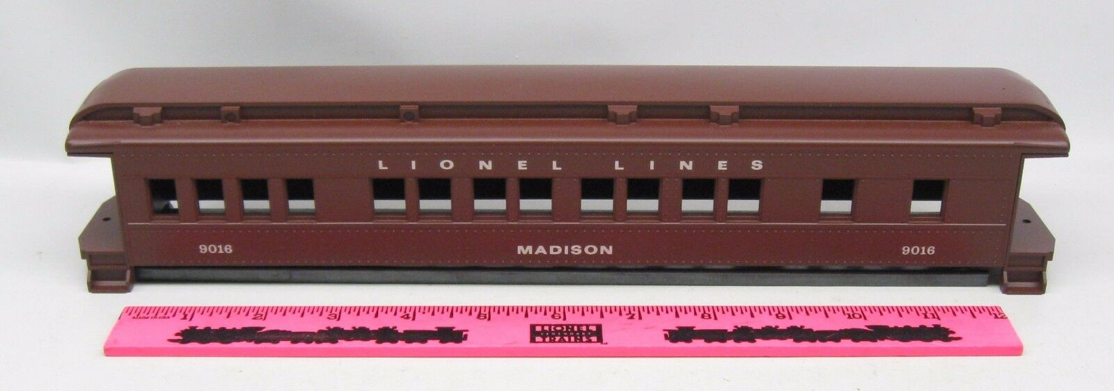 Lionel shell  9016 Lionel Lines  Madison  passenger shell with frame and ends