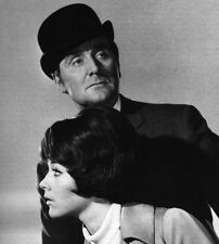 Patrick MacNee and Linda Thorson UNSIGNED photo - 410 - The Avengers