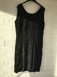 Ladies-gorgeous-black-Zygo-dress-with-embroidered-flowers-size-Large