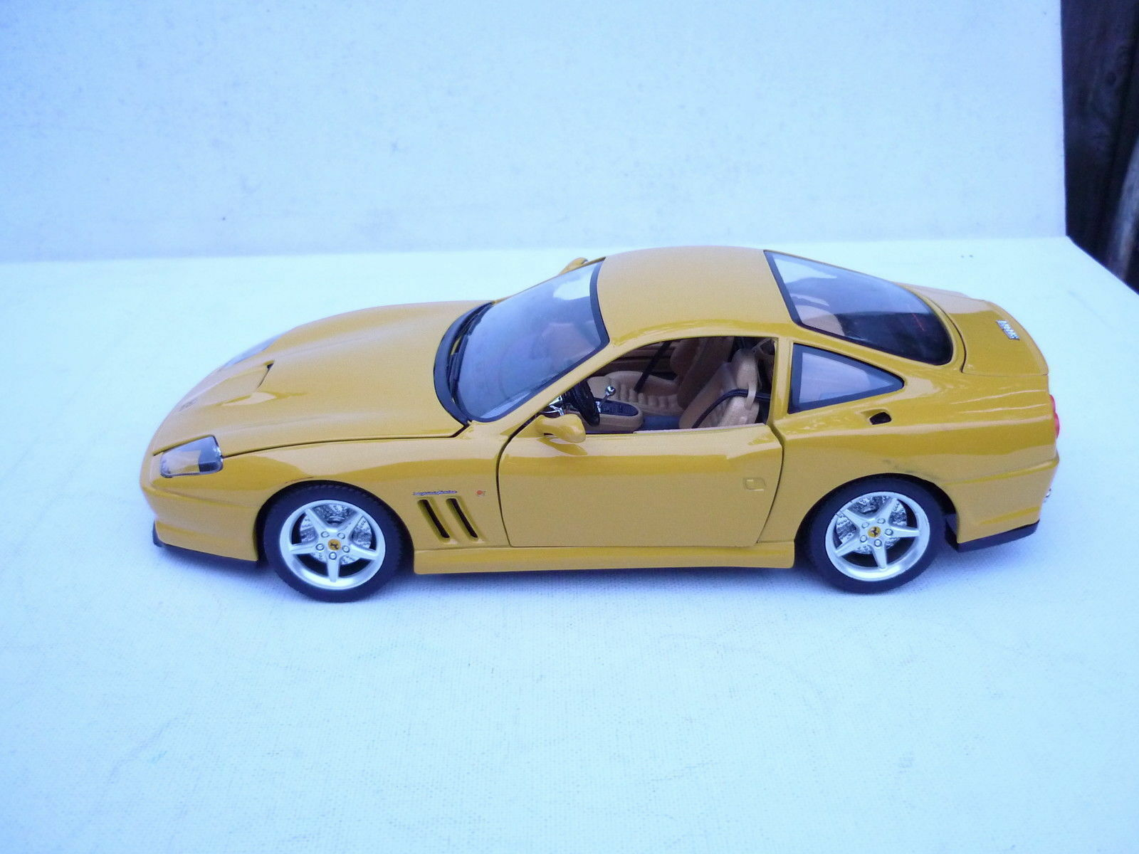 Burago 1 18 Metallmodell gold Collection Yellow Ferrari 550 Maranello 1996